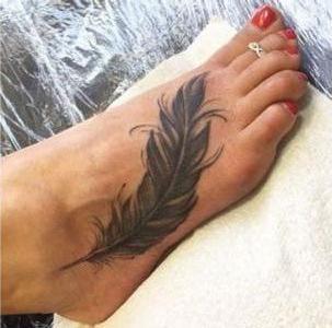 tatuaje de pluma para mujer en pie