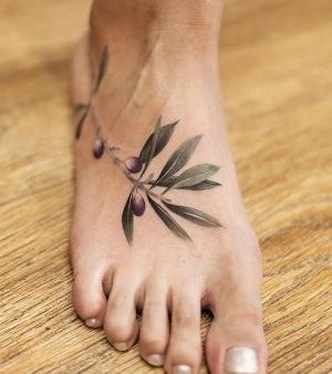 tatuaje de rama de olivo en el pie