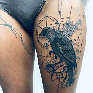 pierna tatuada de mujer