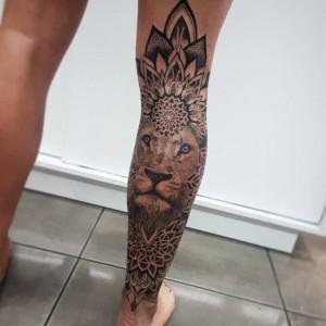 tatuaje de leon pierna mujer