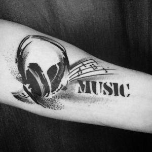tatuaje de musica en antebrazo