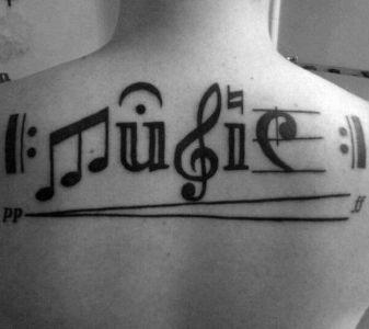 tatuaje en la espalda de musica