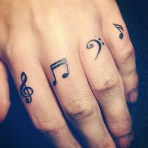 tatuajes de musica en la mano