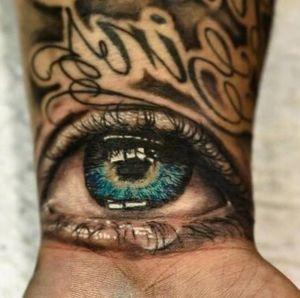 tatuaje de ojo en la muñeca