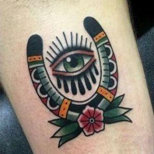 tatuaje de ojo y herradura