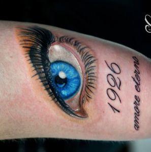 tatuaje de ojos y fecha