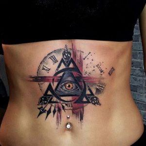 tatuajes de ojo en el abdomen
