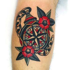 tatuaje old school brujula