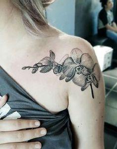 tatuaje de orquideas en el hombro