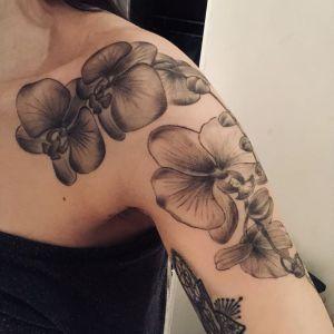 tatuaje de orquideas en negro