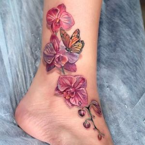 tatuaje de orquideas y mariposa