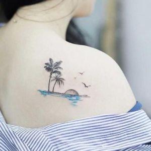 tatuaje de palmeras en el hombro