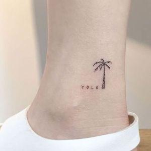 tatuaje minimalista de palmera