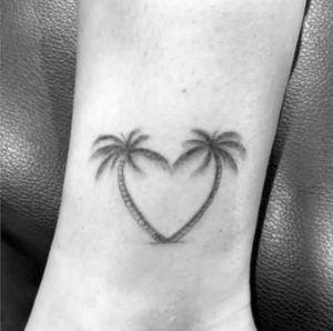 tatuaje palmeras forma corazon