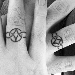tatuajes parejas dedos