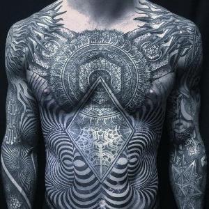 blackwork tattoo en pecho