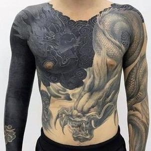 tatu en el pecho