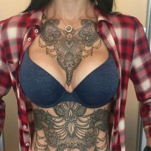 tatuaje chido en el pecho