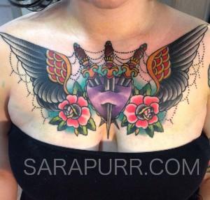 tatuaje en el pecho en mujer