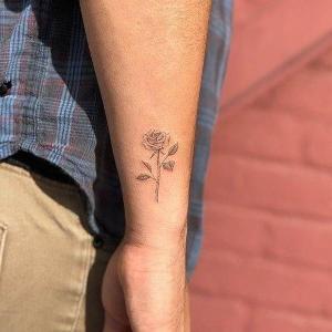 tatuaje minimalista pequeño para hombre