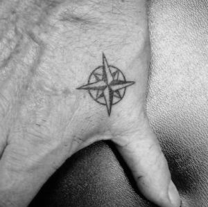 tatuaje pequño rosa vientos