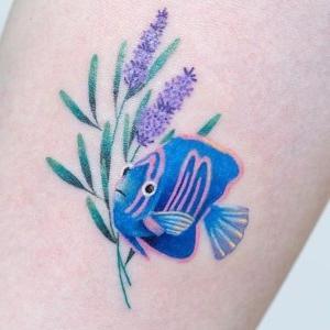 tatuaje de pez y flor