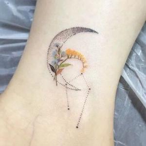tatuaje luna puntillismo