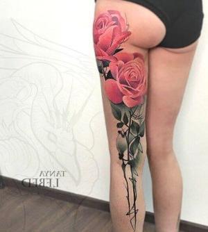 tatu en pierna de flores grande