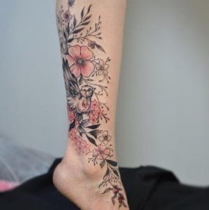 tatuaje en la pierna de flores