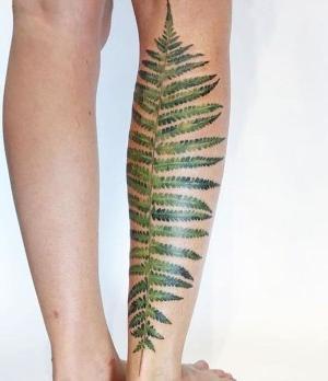 tatuaje vegetal en pierna
