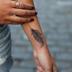 tatuaje de pluma en la muñeca