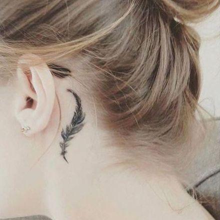 tatuaje de pluma en la oreja