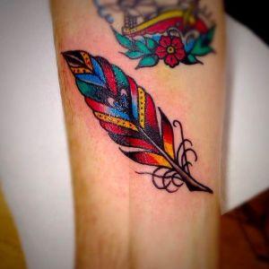 tatuaje de pluma olda school