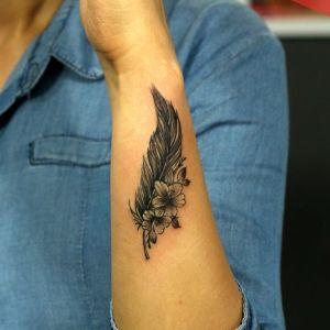 tatuaje de pluma y flor