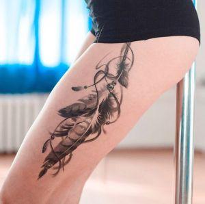 tatuaje de plumas en la pierna