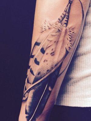 tatuaje de plumas realista