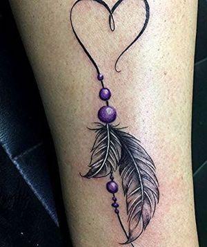 tatuaje de plumas y corazon