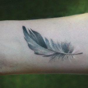 tatuajes finos de plumas