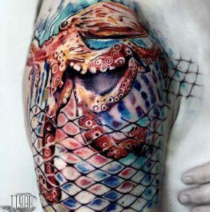 tatuaje de pulpo en el hombro