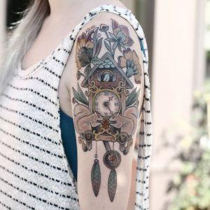 tatuaje de relojes de cuco