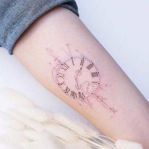 tatuaje fino de reloj