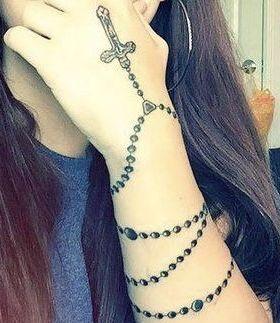 tatuaje de rosario en la mano