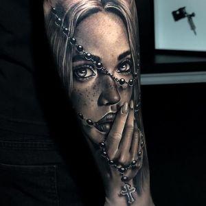 tatuaje de rosario y mujer