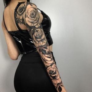 mujer tatuada con rosas