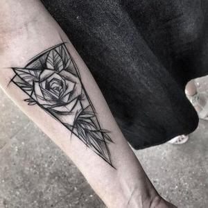 tatuaje boceto de rosa en el brazo