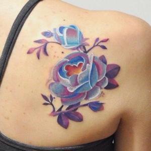 tatuaje de rosas en la espalda azuladas