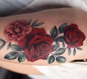 tatuaje de rosas para mujer en la pierna