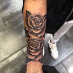 tatuajes rosas negras en el brazo