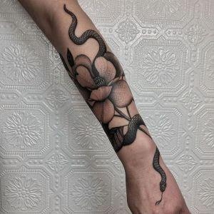 tatuaje de serpiente en el antebrazo