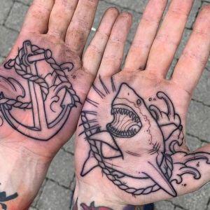 tatuaje de tiburon en la palma de la mano